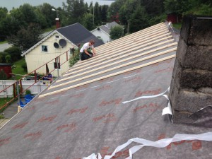 Ansatt jobber på tak