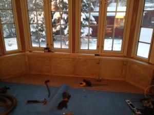 Innvendig av bygg med vinduer